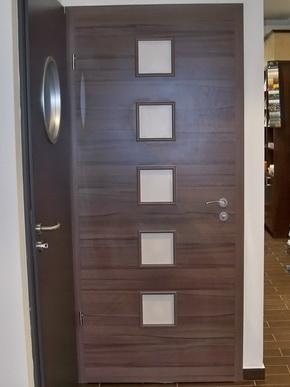 Ablak és ajtóminták az újpesti bemutatóteremben